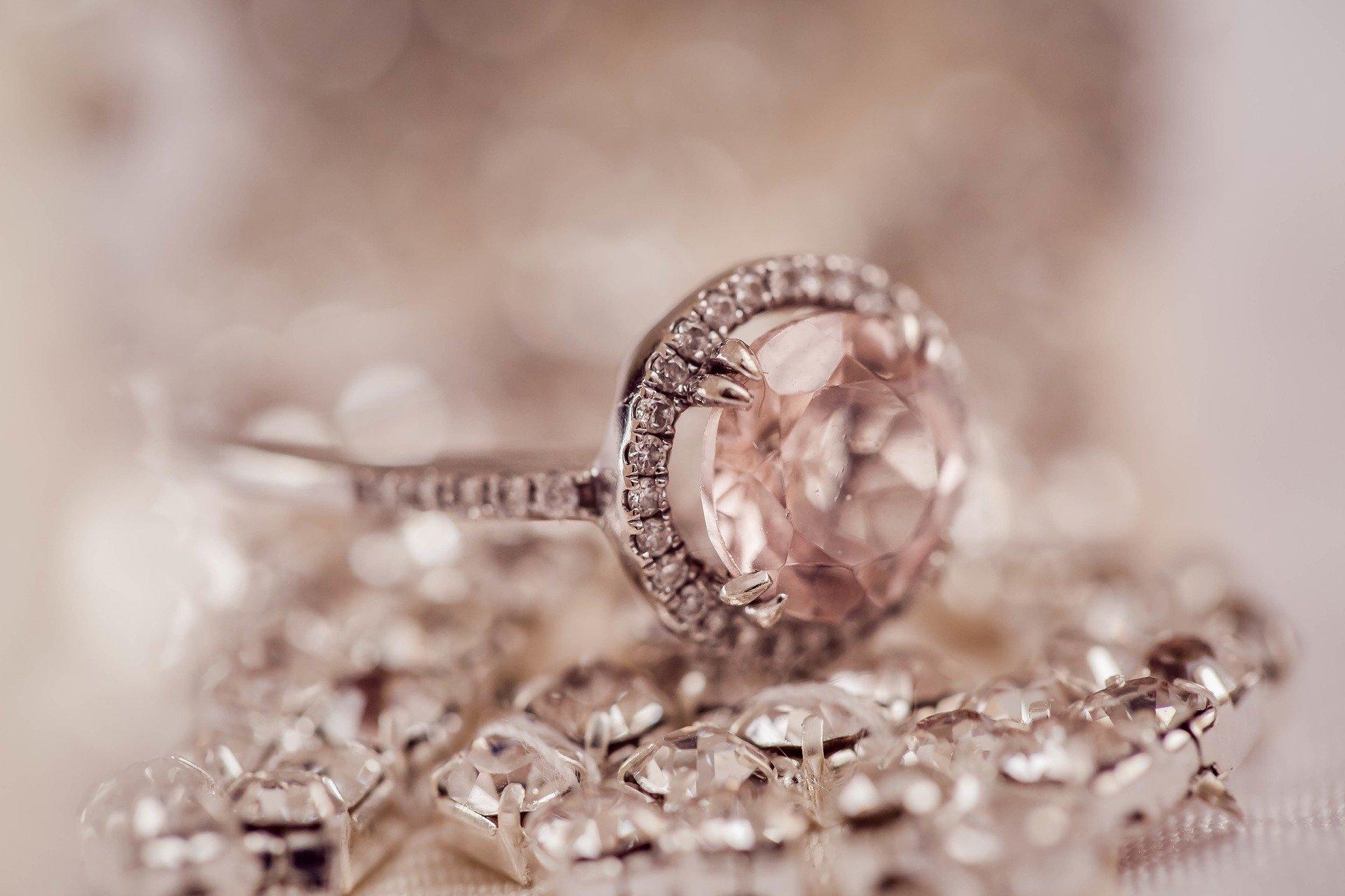 大きなダイヤモンドを乗せたリング