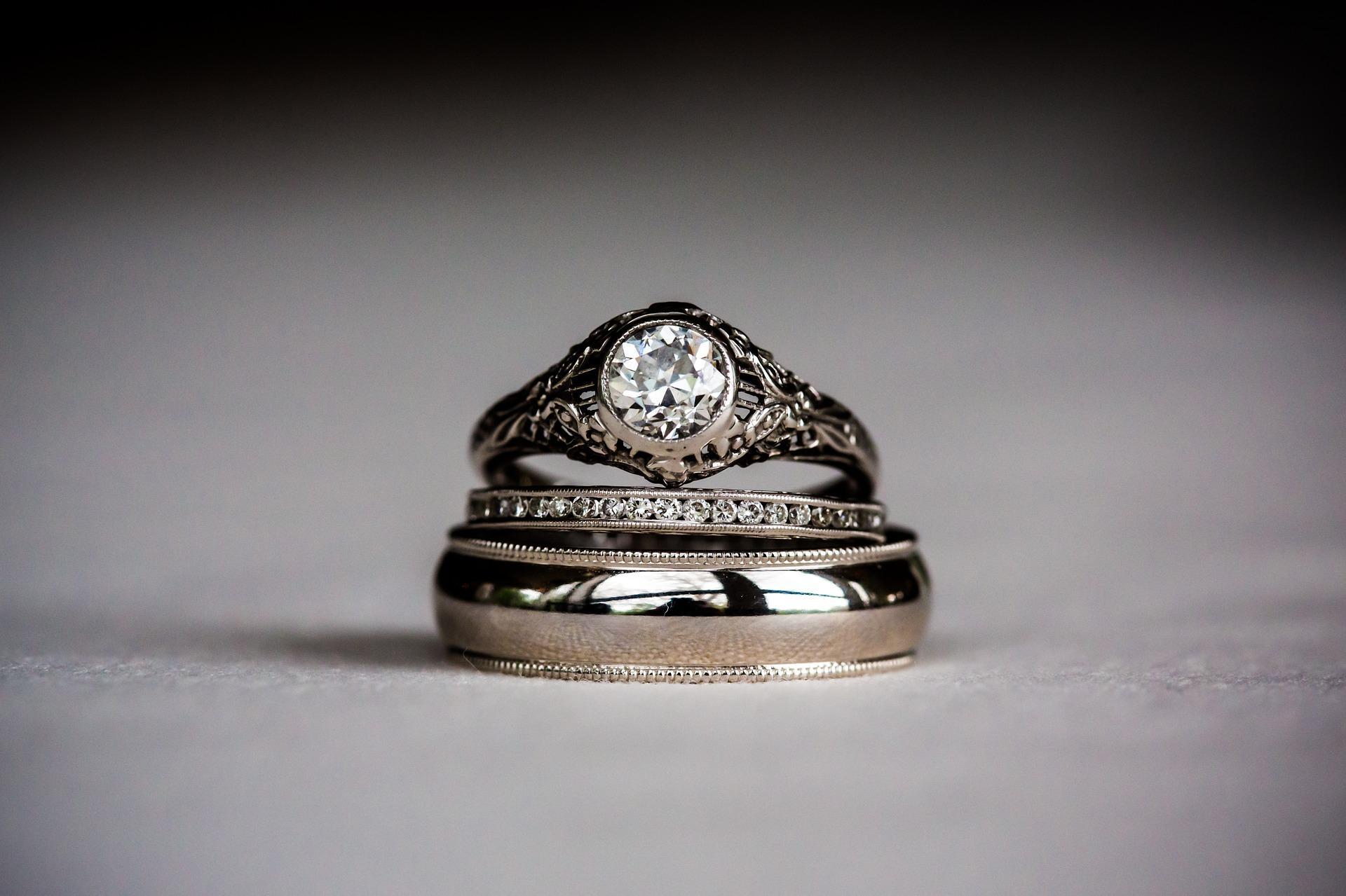 積み重ねられた3本の指輪