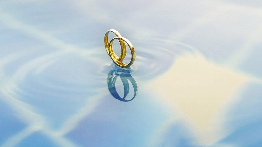 水の上に浮かぶ結婚指輪