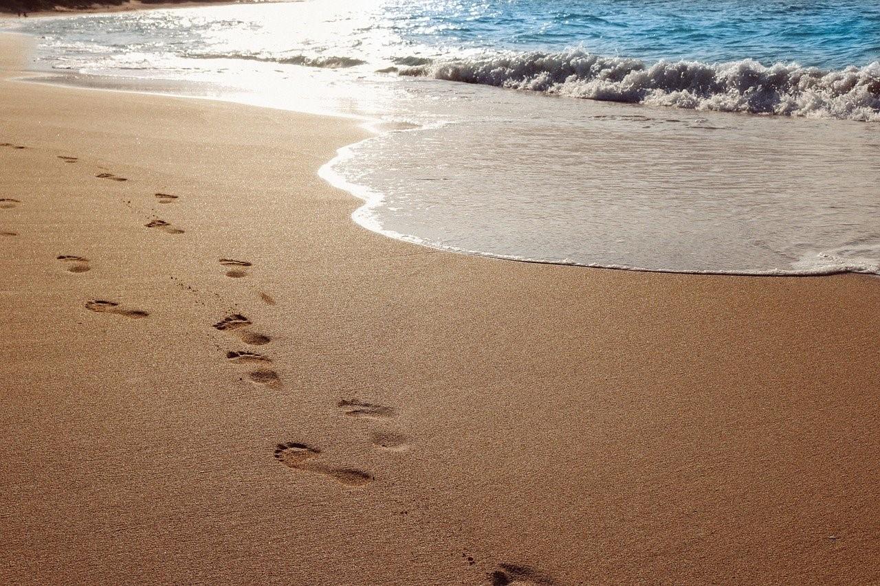 波打ち際に残された足跡