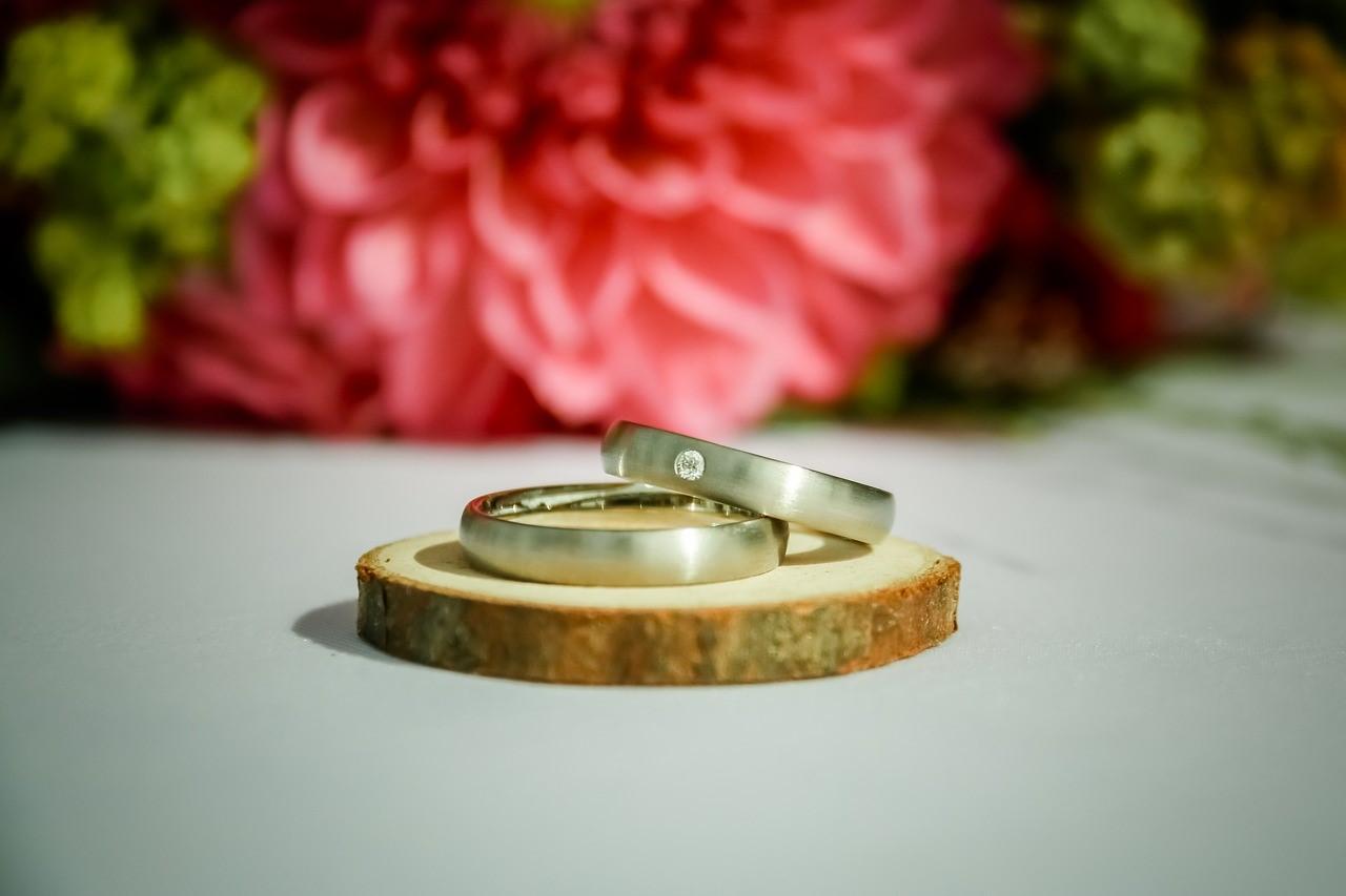ダイヤモンドが埋め込まれた手作り結婚指輪