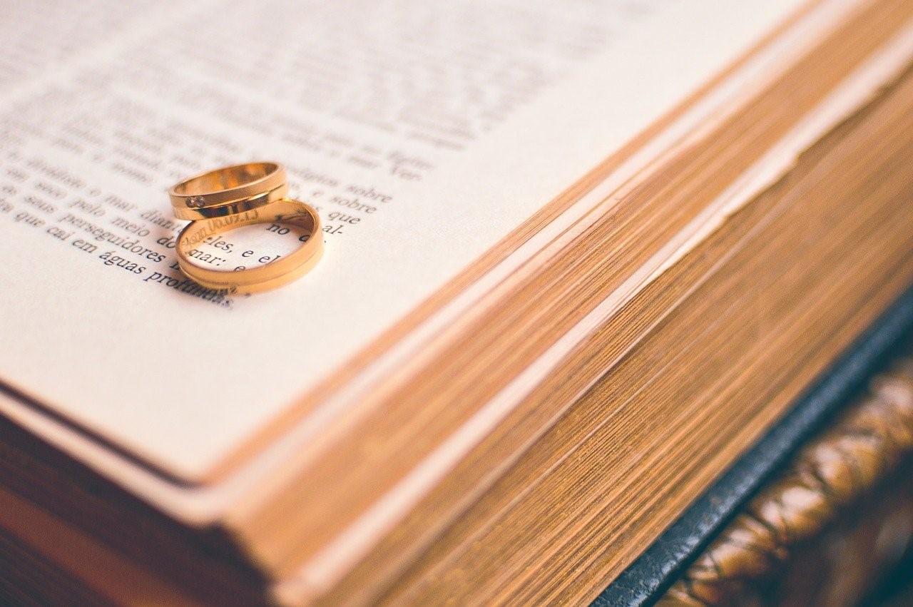 本の上に置かれた手作り結婚指輪