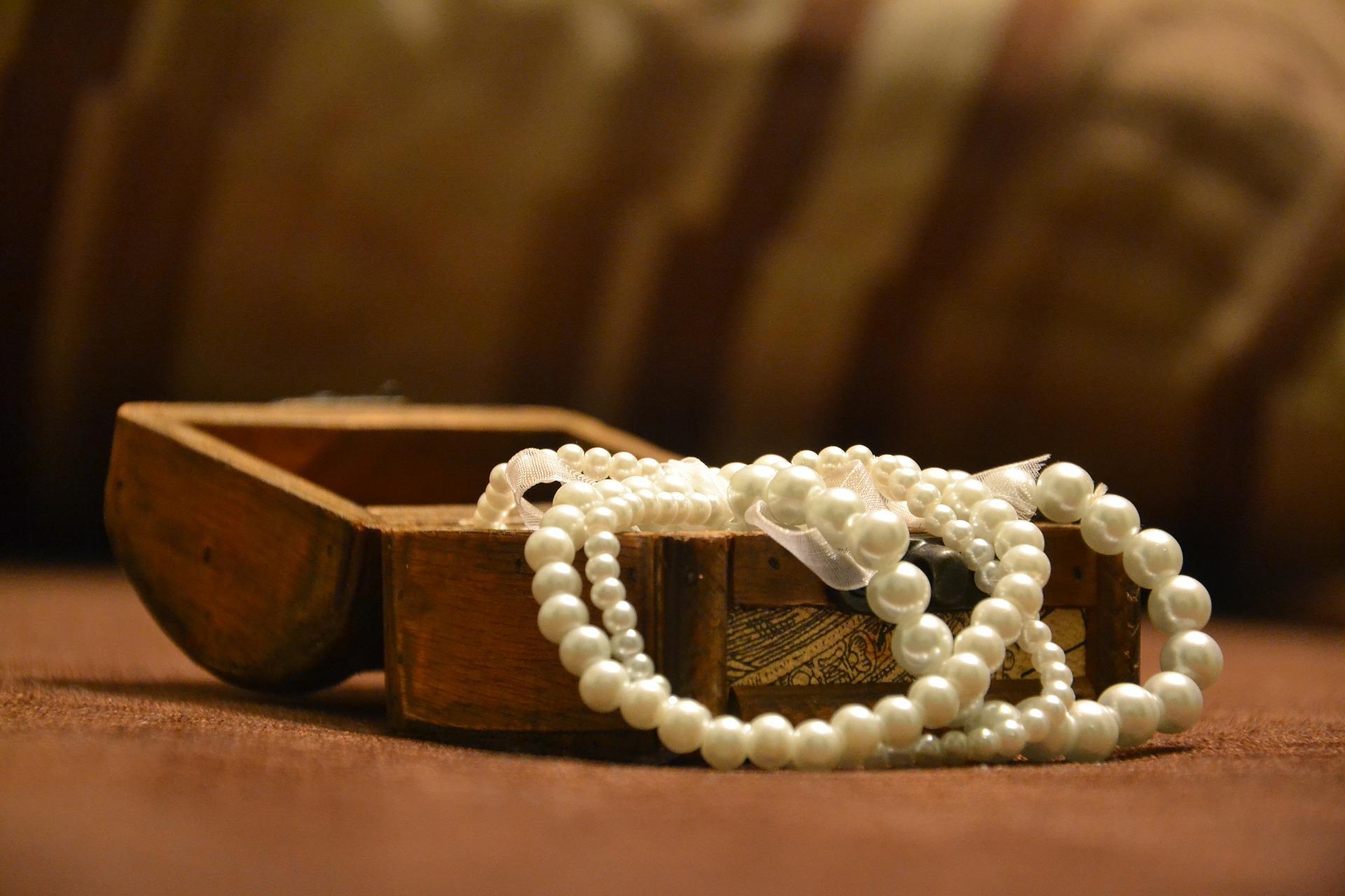 ジュエリーボックスから飛び出た真珠のネックレス