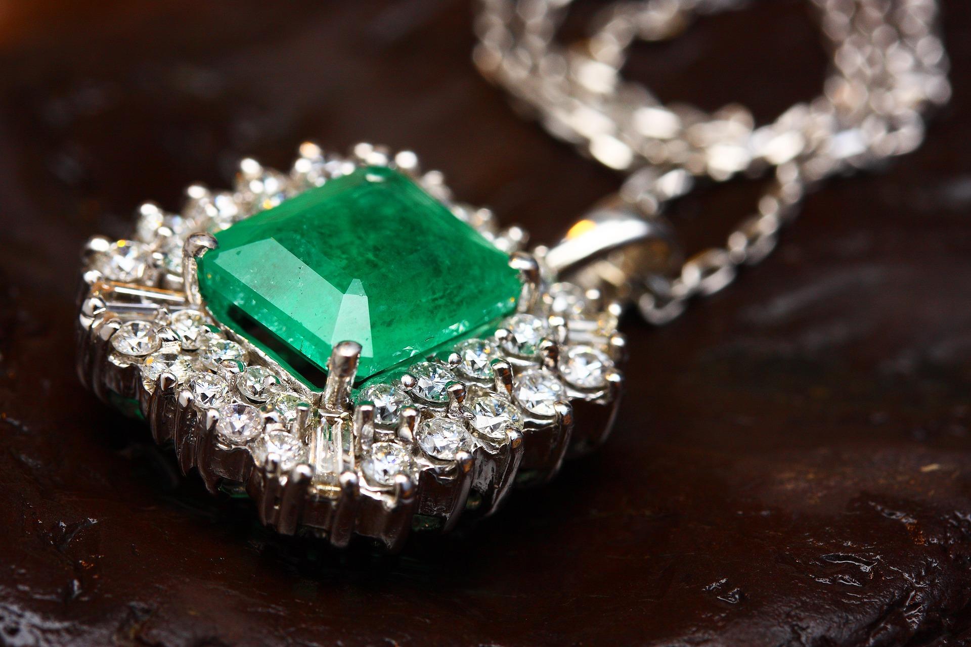 大きなエメラルドの付いたダイヤモンドネックレス