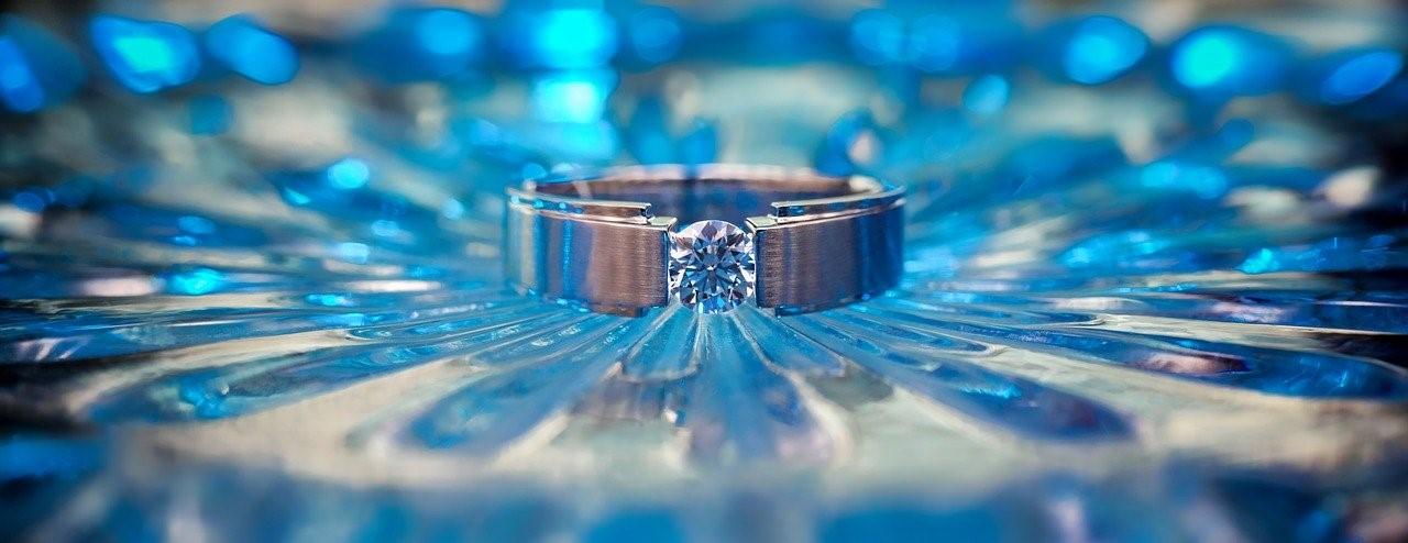 大きなダイヤモンドを付けたリング