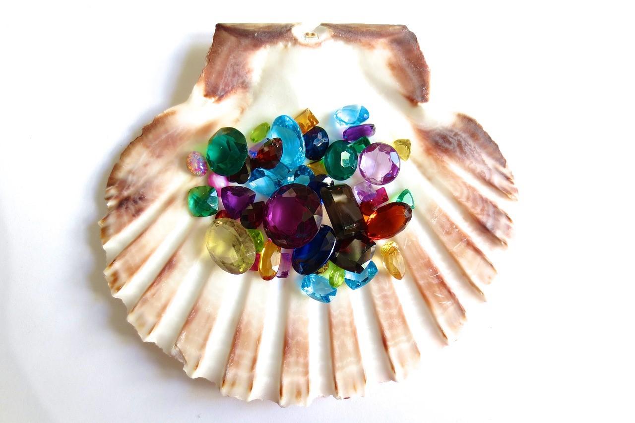 貝殻の上に乗せられた色とりどりの宝石