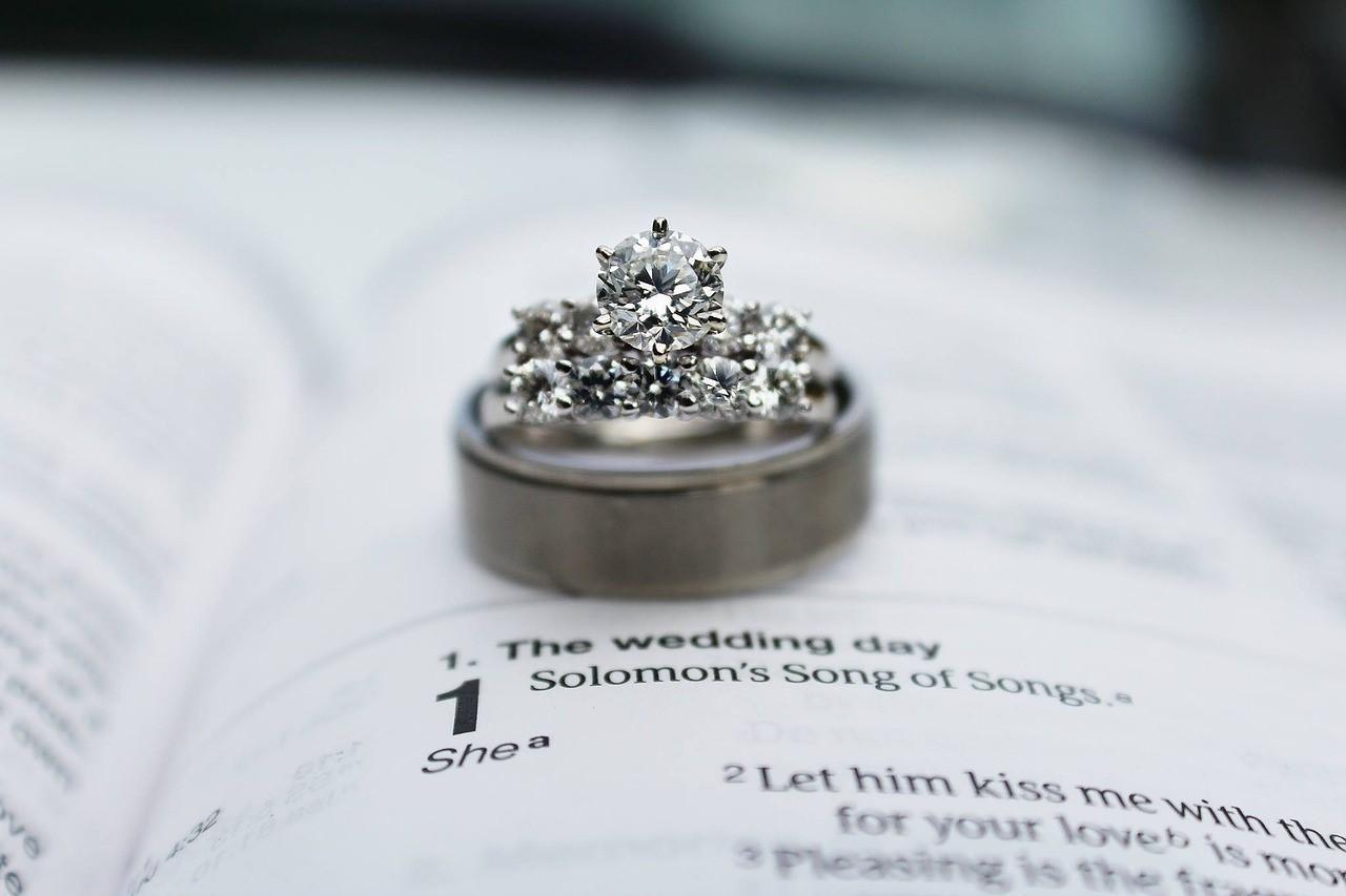 ダイヤモンドをふんだんに使った婚約指輪と結婚指輪