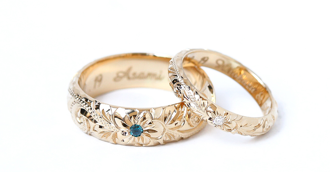 18金イエローゴールドのハワイアンジュエリーのリングが2本横並びに置かれている写真