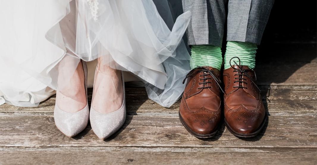 結婚式での男性と女性の足元の写真 女性は白いパンプスで男性は茶色の革靴