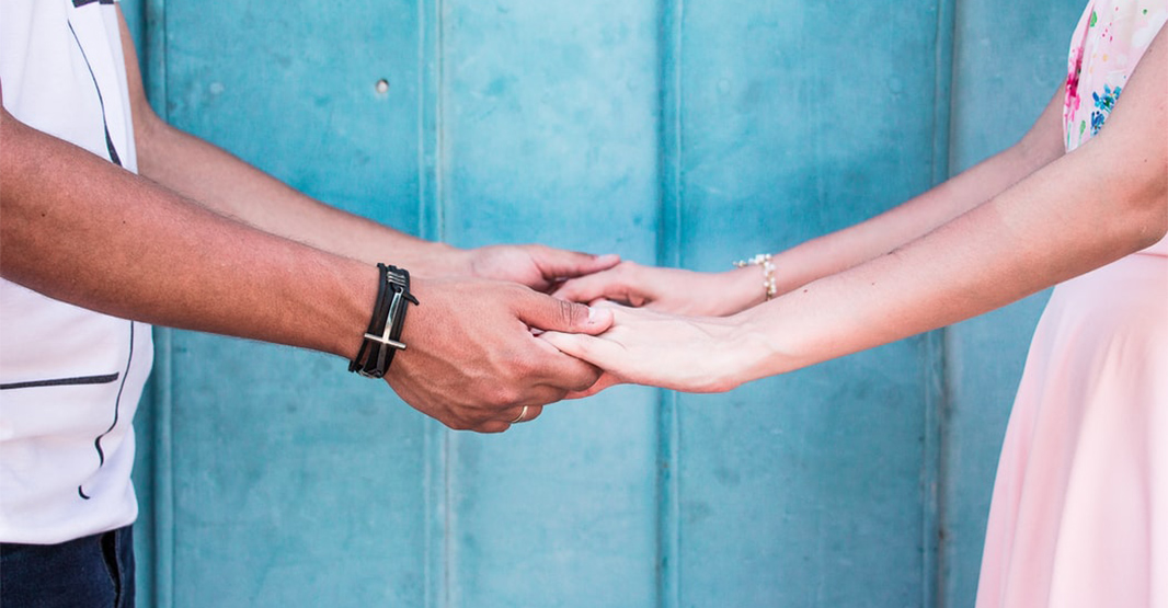 男性と女性が手を取り合っている様子