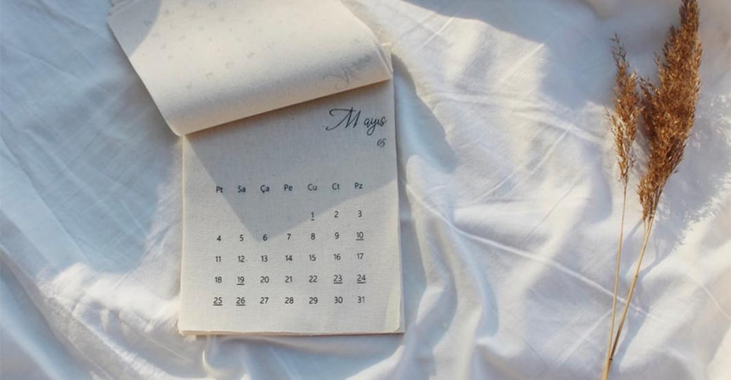 白いシーツの上にカレンダーが置いてある